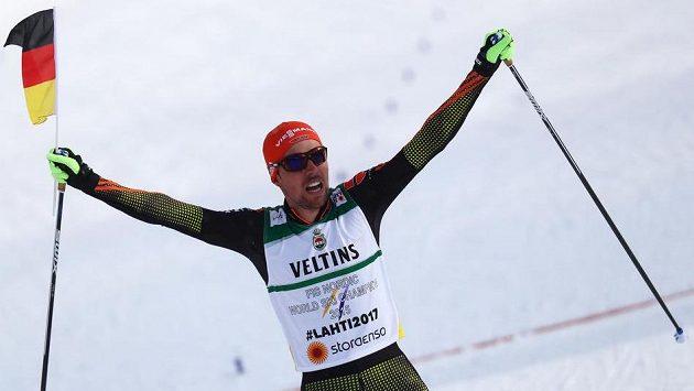 Johannes Rydzek z Německa při triumfu na MS v Lahti.