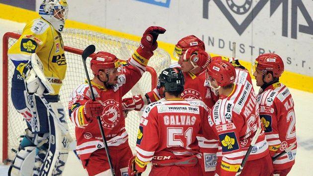 Radost třineckých hokejistů. V brance Zlína je Libor Kašík.