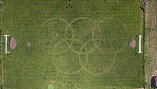 Neobvyklou výzdobu má od pátečního dopoledne tréninkové hřiště sportovního areálu v Rajhradicích na Brněnsku