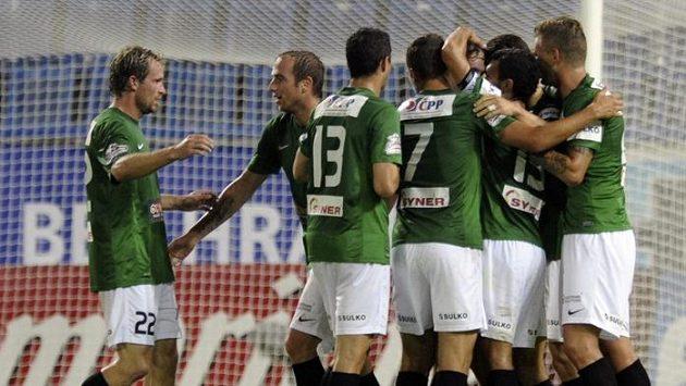 Fotbalisté Jablonce oslavují na stadiónu v Teplicích branku Davida Lafaty.