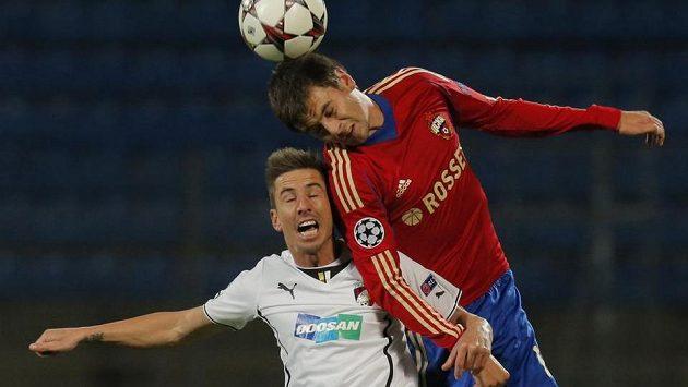 Plzeňský Milan Petržela (vlevo) v hlavičkovém souboji s Georgijem Ščennikovem z CSKA Moskva v utkání Ligy mistrů.