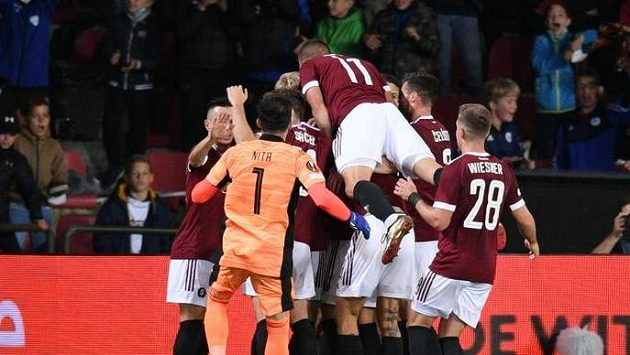 Fotbalisté Sparty se radují z úvodní branky utkání