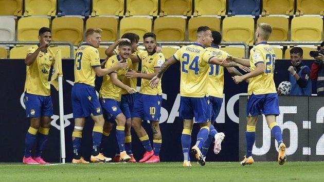 Hráči Dunajské Stredy se radují z gólu proti Jablonci.