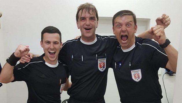 Rozhodčí Ivo Duchoň (uprostřed) se loučil s kariérou. Na jeho poslední utkání ho dorazilo podpořit třicet jeho kolegů. Se svými asistenty si duel užíval a po utkání bylo v rozhodcovské kabině pořádně veselo.