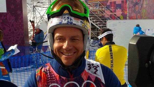 Skikrosař Tomáš Kraus si přivezl do Soči helmu v novém designu.
