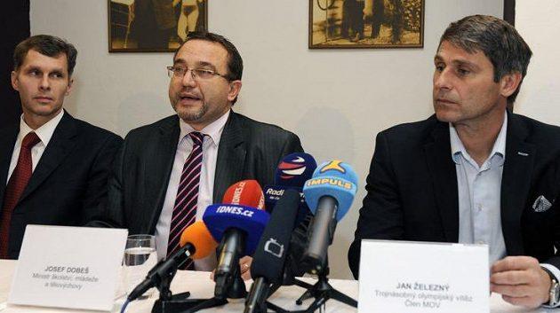 Místopředseda ČOV Jiří Kejval, ministr školství Josef Dobeš a trojnásobný olympijský vítěz Jan Železný (zleva) informují o založení sportovní lobbistické skupiny.
