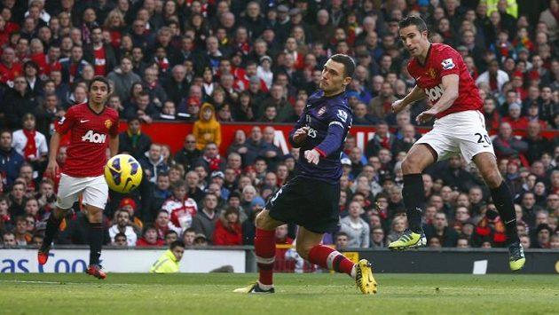 Robin van Persie v dresu Manchesteru United (vpravo) překonává gólmana Arsenalu Thomase Vermaelena.