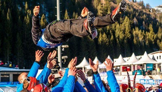 Oslavy stříbra! Ondřej Moravec se ocitl nad hlavami svých kolegů z reprezentace.