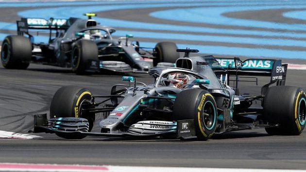 Piloti Mercedesu Lewis Hamilton (vpředu) a Valtteri Bottas.