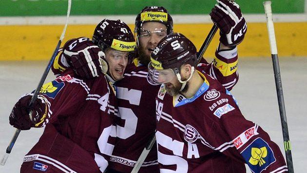 Autor druhého gólu Sparty Adam Polášek (uprostřed) se raduje se spoluhráči. Vlevo Jan Buchtele a vpravo Karel Pilař.