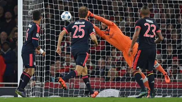 Petr Čech vyráží střelu Artura Vidala z Bayernu (23) v utkání základní skupiny Ligy mistrů.