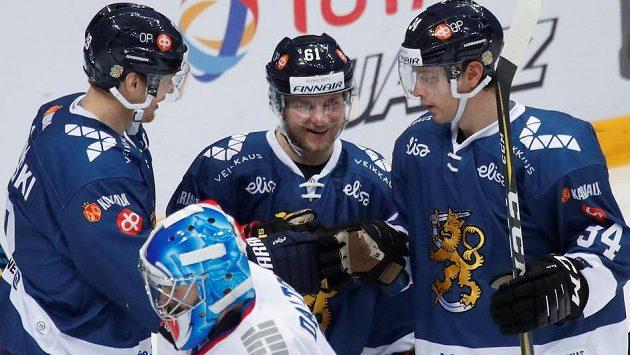 Finští hokejisté se radují ze vstřelené branky proti Korey.