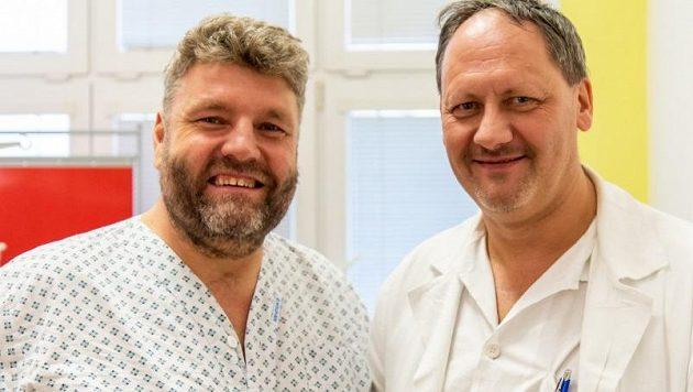 Martin Kolomý (vlevo) a neurochirurg Lumír Hrabálek (vpravo) v olomoucké fakultní nemocnici.