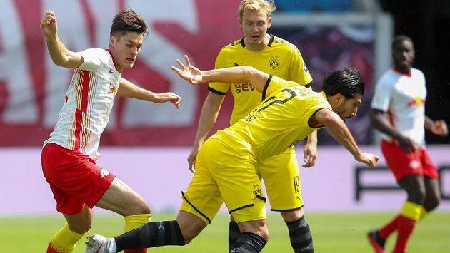 Český útočník Patrik Schick (vlevo) z Lipska v souboji s hráči Dortmundu.