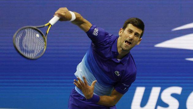 Srbský tenista Novak Djokovič servíruje během 2. kola US Open.