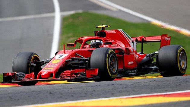 Finský pilot Ferrari Kimi Räikkönen během pátečního tréninku na Velkou cenu Belgie.