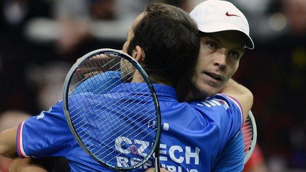 Tomáš Berdych (vzadu) a Radek Štěpánek se radují z vítězství nad španělským párem Granollers, López a zisku druhého bodu ve finále Davisova poháru.