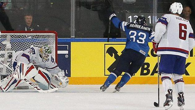 Finský hokejista Markus Hännikäinen slaví vítězný gól v síti Norska v utkání mistrovství světa.