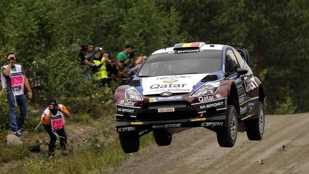 Belgičan Thierry Neuville s fordem v plném tempu na trati Finské rallye.