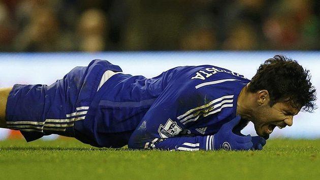 Naštvaný útočník Chelsea Diego Costa během pohárového utkání s Liverpoolem.