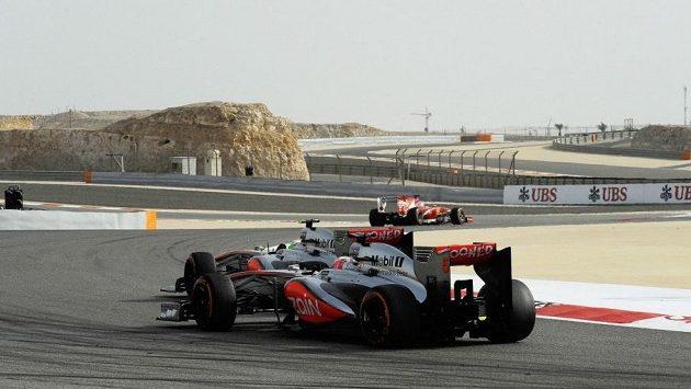Pilot McLarenu Jenson Button v těsném závěsu za svým stájovým kolegou Sergiem Pérezem při Velké ceně Bahrajnu.
