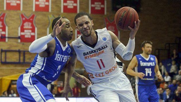 Kwamain Mitchell (vlevo) z BK Ventspils a Michael Dixon z Nymburka - ilustrační foto.