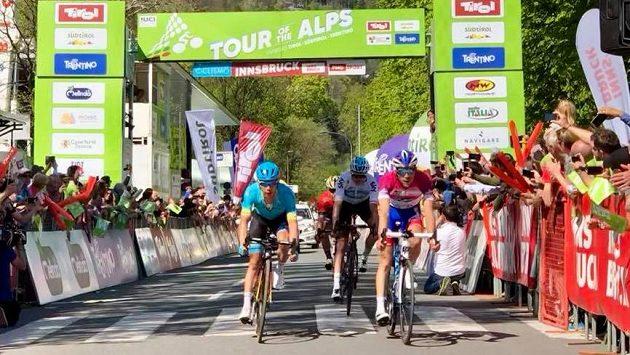 Český cyklista Jan Hirt dojel v závěrečné etapě závodu Kolem Alp na třetím místě, celkovým vítězem závodu se stal Francouz Pinot.