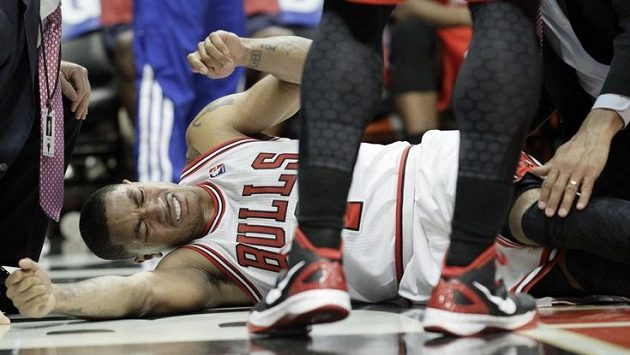 Zraněná hvězda Chicaga Derrick Rose.