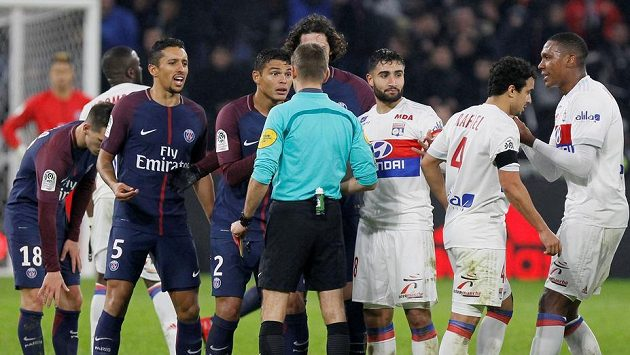 Thiago Silva a další hráči PSG diskutují s rozhodčím.