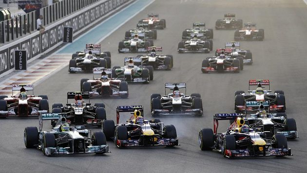 Vettel se dostal do čela závodu v SAE už po startu.