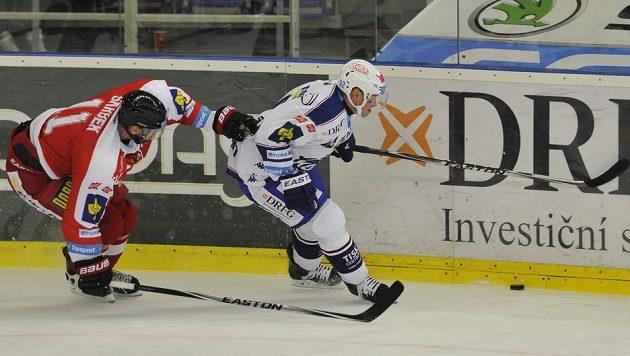 Olomoucký obránce Pavel Skrbek (vlevo) se snaží zastavit brněnského útočníka Petra Tenkráta v zápase 5. kola Tipsport extraligy.