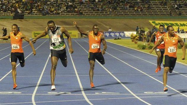 Yohan Blake (zcela vpravo) probíhá jako první cílem závodu na 200 metrů, světový rekordman Usain Bolt (druhý zleva) se musel smířit s druhým místem.