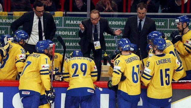 Kouč Švédska Par Marts (uprostřed vzadu) promlouvá ke svým svěřencům na mistrovství světa ve Stockholmu.
