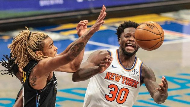 Jeff Green (8) z Brooklynu a Julius Randle (30) z New York Knicks.