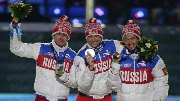 Na olympijských hrách v Soči ovládli ruští běžci na lyžích maratón na 50 km (zleva stříbrný Maxim Vylegžanin, vítěz Alexandr Legkov a bronzový Ilja Černousov). Legkov i Vylegžanin byli později usvědčeni z dopingu.