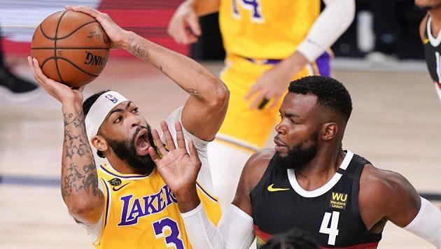 Anthony Davis (3) z Los Angeles Lakers a Paul Millsap (4) z Denveru.