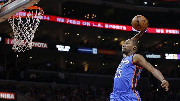 Hvězda Oklahomy Thunder's Kevin Durant dává koš v zápase proti Los Angeles Clippers.