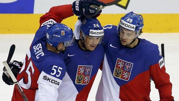 Jiřímu Hudlerovi (uprostřed) gratulují Martin Ševc (vlevo) a Jan Kovář. Ani jednomu z této trojice hráčů se na MS příliš nedařilo.