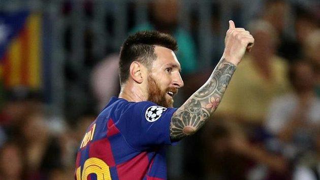 Barcelonský kapitán Lionel Messi zdraví fanoušky
