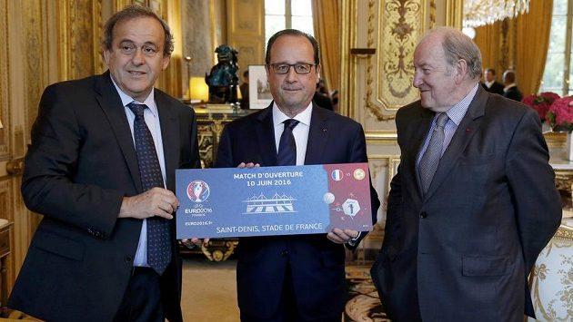 Francouzský prezident Francois Hollande (uprostřed) dostal od předsedy UEFA Michela Platiniho vstupenku na EURO 2016. Vpravo je šéf organizačního výboru ME 2016 Jacques Lambert.