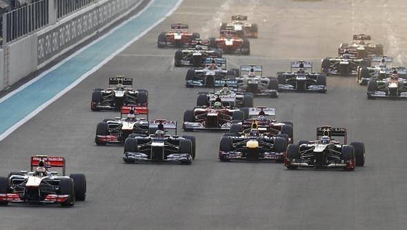 Lewis Hamilton s vozem McLaren (vlevo) vede startovní pole při Velké ceně Abú Zabí.