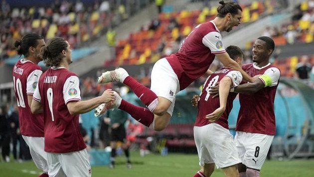 Gólová radost rakouských fotbalistů v utkání EURO s Ukrajinou.