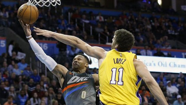 Russell Westbrook (0) z Oklahomy a Brook Lopez (11) z Los Angeles Lakers.