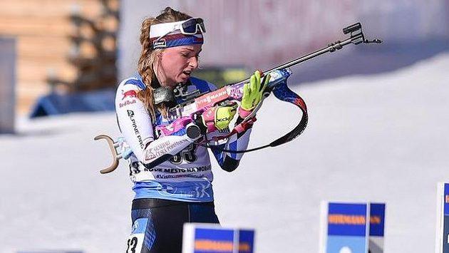 Česká reprezentantka Markéta Davidová se chystá na střelbu ve sprintu