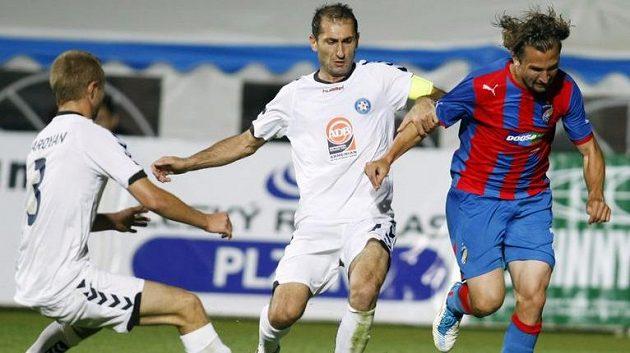 Plzeňský Petr Jiráček (vpravo) uniká s míčem dvojici hráčů Pjuniku Jerevan v utkání z roku 2011.