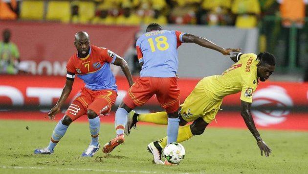 Tožský útočník Emmanuel Adebayor bojuje na mistrovství Afriky s hráči Konga.