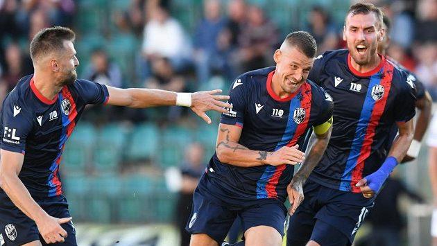 Lukáš Hejda (druhý zprava) právě vstřelil gól Plzně v utkání s Pardubicemi.