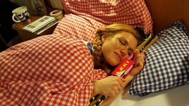Gabriela Soukalová si vzala hůlky až do postele.
