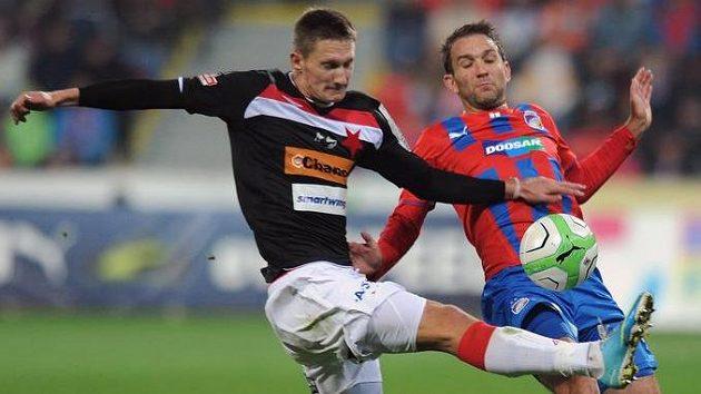 Milan Škoda ze Slavie (vlevo) a plzeňský útočník Marek Bakoš.