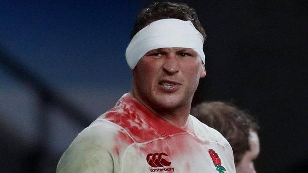 Stačí obvaz, hrajeme dál! Anglický kapitán Dylan Hartley během bitvy s Walesem.